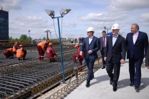 Мэр Москвы Сергей Собянин осмотрел ход строительства путепровода через железнодорожные пути Киевского направления