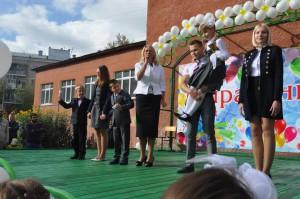 Депутат муниципального округа Нагатино-Садовники, директор образовательного комплекса школа № 1375 Наталья Михарева в этом году провела сразу три торжественных линейки