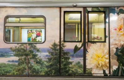 В поезде «Акварель», который курсирует по Арбатско-Покровской линии метро, пассажиры смогут увидеть новую экспозицию