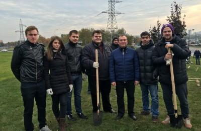 Вместе с членами молодежной палаты в высадке деревьев и кустарников участвовали заместитель мэра города Москвы по вопросам жилищно-коммунального хозяйства и благоустройства Петр Бирюков