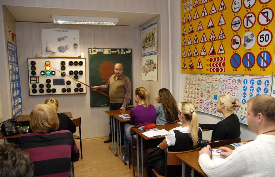 В Москве на базе автошкол предлагают проводить курсы для опытных водителей по правилам пользования платными парковками