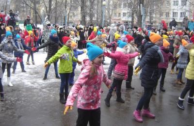 Ученики школы № 1375 подготовили для всех зрителей и участников фестиваля зрелищный флешмоб