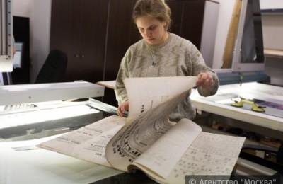 На фото процесс оцифровки архива исторических афиш из фондов и архивов музея Большого театра