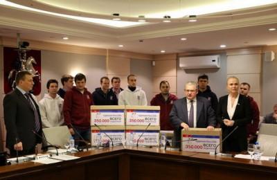 Сегодня подписи жителей Москвы единороссы передали парламентариям из Мосгордумы в ходе совместного заседания