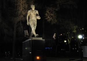 На фото памятник футболисту Эдуарду Стрельцову