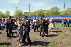 гостей позовут принять участие в занятиях школы историко-бытовых и бальных танцев, а также присоединиться к ретро-дискотеке, в ходе которой прозвучат популярные мелодии военных лет.