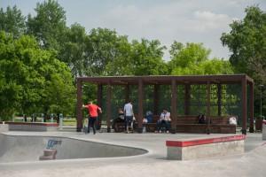 На фото местные райдеры в скейт-парке