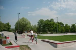 На фото местные райдеры в скейтпарке