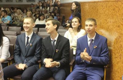 На фото выпускники школы №1375