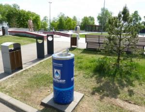 На фото питьевой фонтанчик в парке