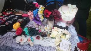 Украшения из цветов ручной работы  и многое другое можно было приобрети на ярмарке