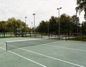 На фото теннисный корт в парке