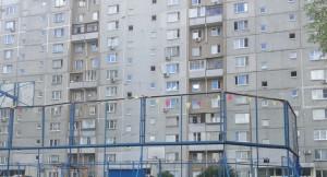 Хоккейную площадку ремонтируют во дворе жилого дома по адресу: ул. Академика Миллионщикова, д. 33