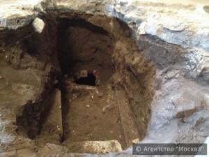 Фрагмент древней белокаменной кладки обнаружили во 2-м Донском проезде при рытье котлована