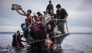 Кадр прибытия лодки с беженцами с Ближнего Востока на греческий остров Лесбос, сделанный Сергеем Пономаревым