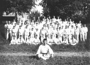 На фото одни из первых учеников школы