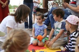 На фото юные гости летней читальни в парке