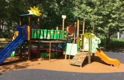 На фото детский игровой комплекс