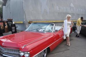 На фестивале можно было встретить Мэрилин Монро на красном безупречном кадиллаке