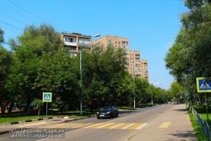 На фото одна из озелененных улиц в ЮАО