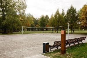 В парке есть две площадки для волейбола: пляжного и классического