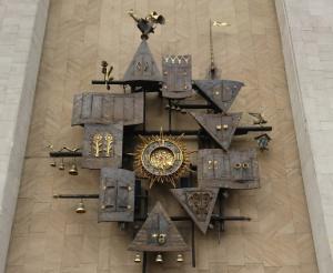 Фасад здания театра украшают необычные часы