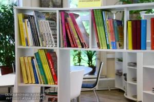 С книг и стеллажей уберут пыль