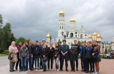 На фото школьники из ЮАО на экскурсии в Кремле