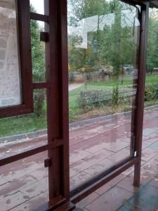 На остановке поменяли стекло
