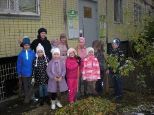 Вооружившись перчатками, мешками и граблями, ребята собрали мусор и опавшие листья