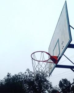 На новой площадке появилось баскетбольное поле со стойками для колец и нескользким резиновым покрытием
