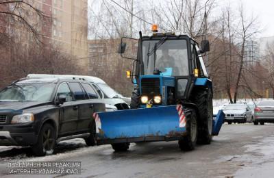 Коммунальные службы выделили почти 40 единиц техники на уборку района