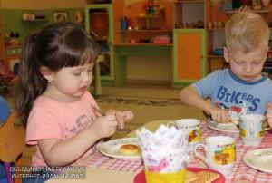 Малыши смогут присесть за столики и подкрепиться своими кулинарными шедеврами с ароматным чаем