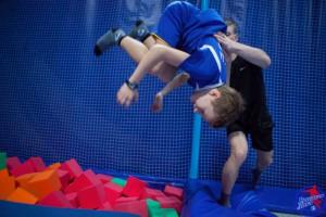 И взрослые, и дети в восторге от прыжков на батуте