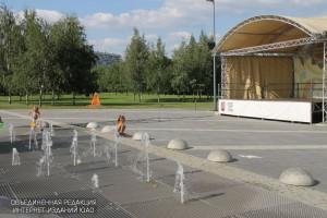 Сухой фонтан на площади перед главной сценой парка в летний период