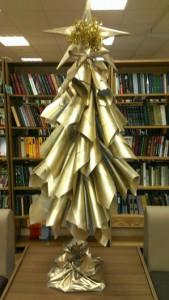 Самодельная елка в библиотеке №159