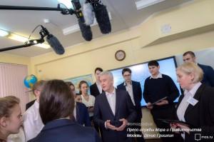 Сергей Собянин во время посещения школы №627