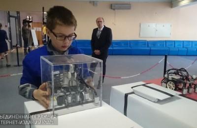 Один из участников соревнований по робототехнике
