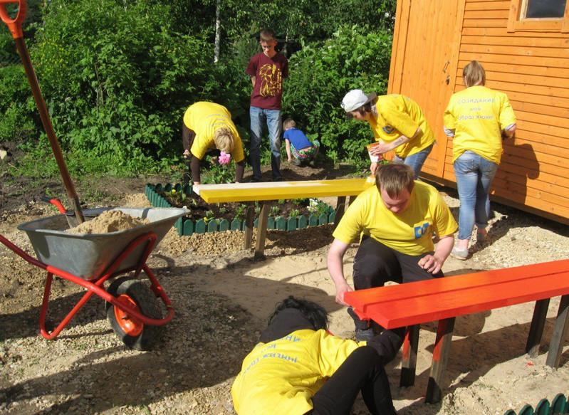 Волонтеры из колледжа №34 помогли в благоустройстве кризисного центра