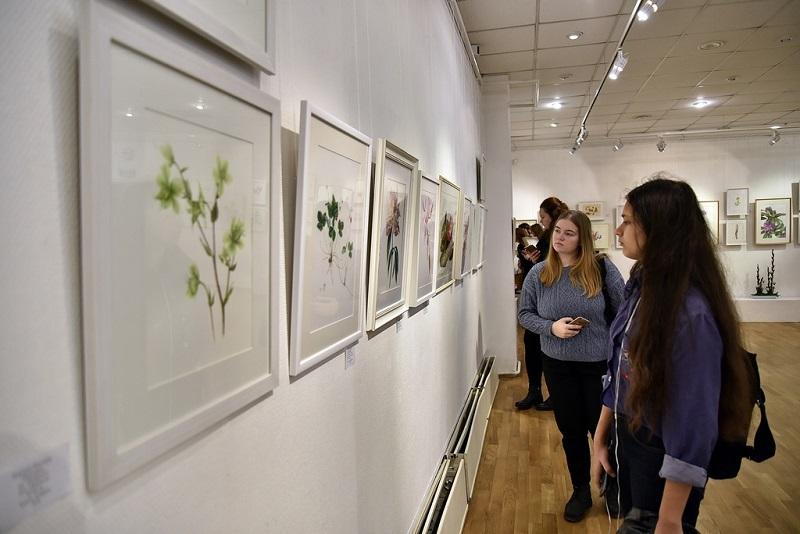 На выставке ботанической живописи